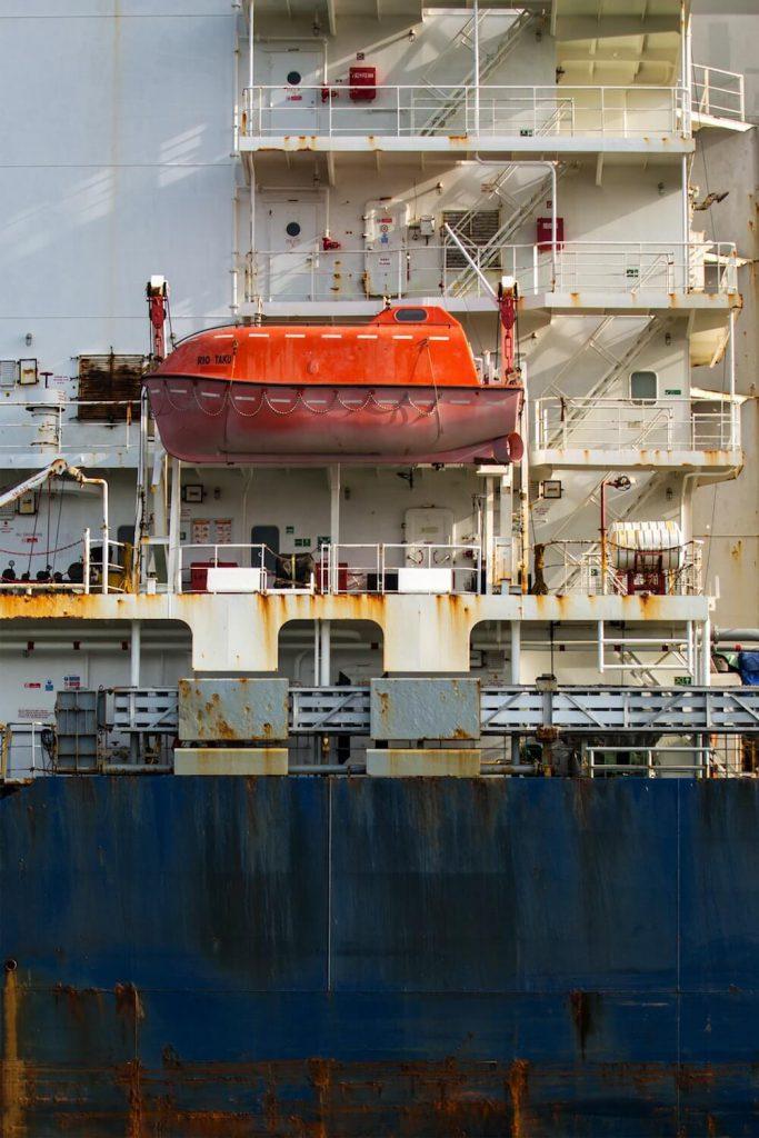 Jak wybrać firmy wykonujące piaskowanie jachtów?