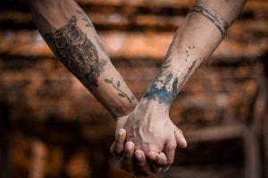Ceny tatuaży z napisami. Co ma wpływ na koszt tatuażu?